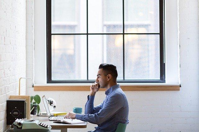パソコンで学ぶ男性